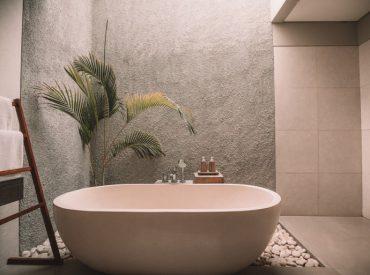 La temperatura del agua del baño es importante para conseguir un efecto relajante, aliviar contracturas o mantener la salud de nuestra piel. Según algunos expertos, las duchas deben ser cortas (15 minutos como máximo) y con una temperatura media de entre 25 y 30 grados. Aún así, elegir agua caliente o agua fría en ellas […]